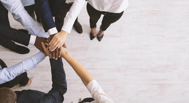 Executivos unindo as mãos